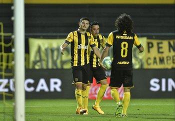 Álvarez Martínez y Estoyanoff con el hombre gol: Britos