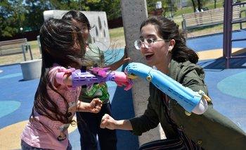 Federica y Camila chocando los puños con sus prótesis de Manos de Héroes.