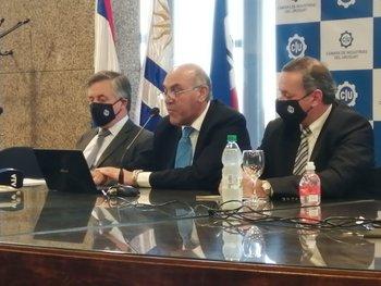 Paganini junto a Murara y Delgado en la conferencia de prensa.