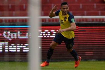 Ángel Mena, gran control para su gol