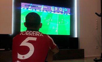 Lucas Torreira mirando desde la televisión