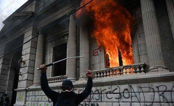 Los manifestantes lograron ingresar brevemente en la sede del Congreso, donde causaron destrozos.