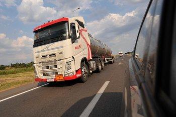 Camión de carga en la ruta