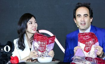 El cónsul de Uruguay en Shanghai, Leonardo Olivera, promocionando carne uruguaya en transmisión en vivo.