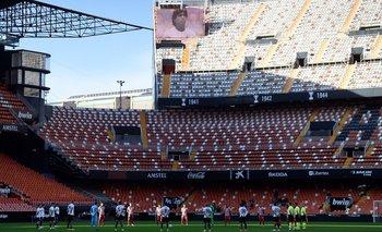 Minuto de silencio por Maradona en Mestalla