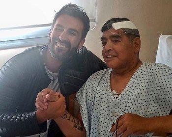 Diego Maradona junto a su médico Leopoldo Luque después de la operación de principios de noviembre