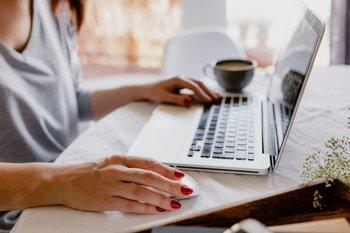 Una mujer trabajando desde su casa con su laptop