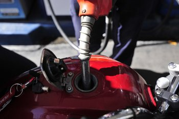 El gobierno se fijó un plazo de tres años para regularizar el mercado de combustibles.