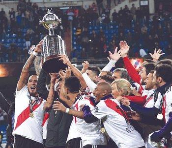 Los jugadores de River argentino celebran en Madrid el título de la Libertadores conseguido ante Boca