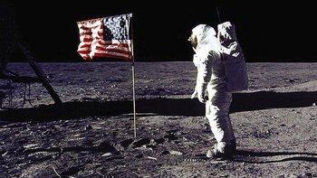 Buzz Aldrin fue el segundo ser humano en pisar la Luna, pero muchos creen que fue un montaje filmado en un desierto en Nevada