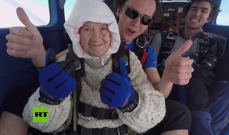 Una bisabuela entró al libro Guinness por ser la paracaidista más anciana