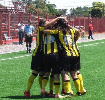 El festejo de las jugadoras de Peñarol tras el primer gol de Denise Dufau