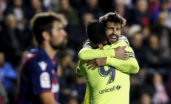 Gerard Piqué celebra con Luis Suárez tras marcar el quinto gol ante Levante