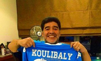 Maradona con la remera de Koulibaly, a quien apoyó luego de sufrir racismo en el fútbol italiano