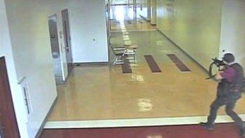 Grabaciones realizadas en el interior de la escuela muestran al atacante disparando por los pasillos de la escuela Stoneman Douglas de Parkland