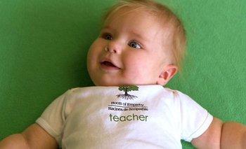 """Naomi, la pequeña """"maestra"""" que enseña a través de su dulzura."""