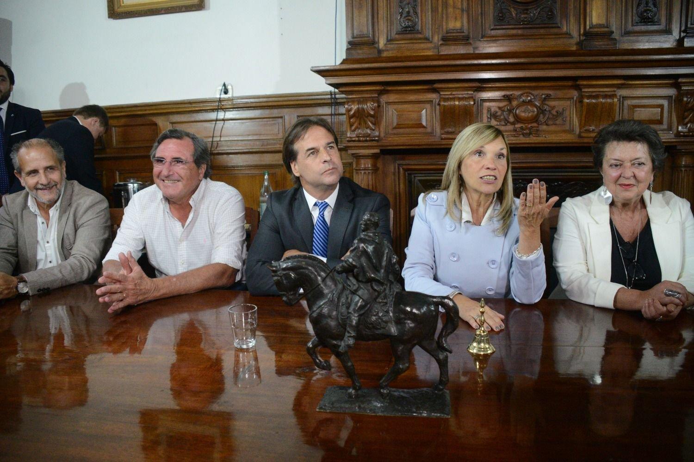 Tabaré Vázquez y Lacalle Pou saludaron a Alberto Fernández en su investidura