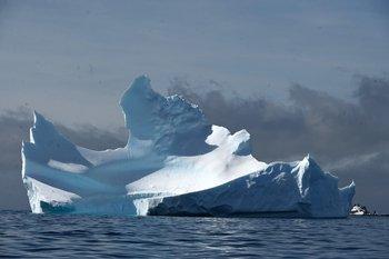 Iceberg en el medio del océano