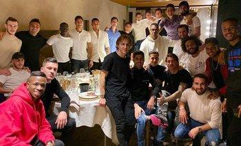 Federico Valverde, en el fondo de la imagen, en el amigo invisible de Real Madrid