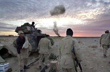 Marines y comandos especiales estadounidenses detonan municiones de los talibanes, tras ocupar el aeropuerto de Kandahar en diciembre de 2011
