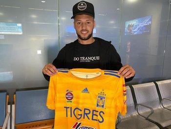 Nico López con la camiseta de Tigres