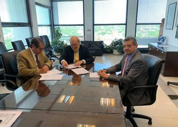 El gerente general de UTE Carlos Pombo y autoridades de Ecuador, durante la firma del convenio en Uruguay.