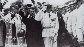 Hans Langsdorff, capitán del Graf Spee, en primer plano, durante el entierro de 36 marinos alemanes en el Cementerio del Norte