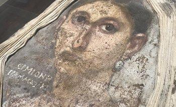 """La """"momia del retrato"""" lleva una pintura de Hermione sobre su rostro, inusualmente con su nombre y trabajo incluidos."""