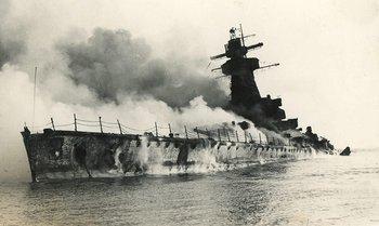 El Graf Spee aún arde en los días siguientes a su voladura frente a Montevideo