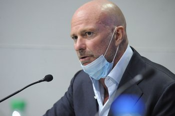 Giussepe Cirpriani en la firma de la concesión de la construcción del hotel con casino en Punta del Este