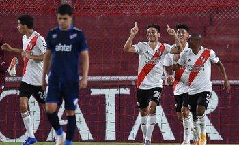 Montiel festeja el 1-0 con De La Cruz
