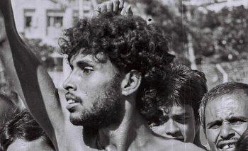 """Noor Hossain en Dhaka en 1987, momentos antes de que la policía le disparara. """"Abajo la autocracia"""", se lee en su torso."""