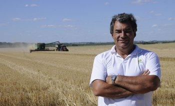 Marcelo delante de la trilla de trigo en una chacra en la que ya se había sembrado una pradera.