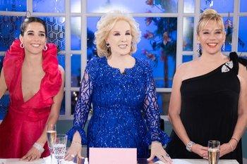 La actriz Juana Viale, la conductora Mirtha Legrand y su hija, Marcela Tinayre, durante la vuelta de la estrella argentina a la televisión tras estar confinada por el coronavirus