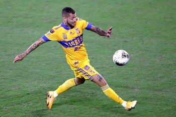 Nicolás López en acción con la camiseta de Tigres