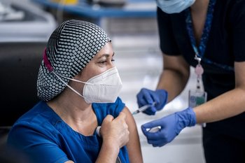 Los vacunadores serán los primeros en inocularse