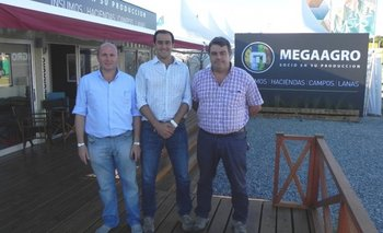 Elio Malvasio, Ignacio Otegui y José Pedro Aicardi en el stand de MegaAgro