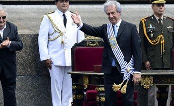 Tabaré Vázquez saluda con la banda presidencial.