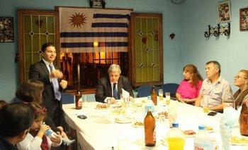 La foto de la página de Facebook del consulado muestra a Bustillo y a Schiavo con uruguayos en España