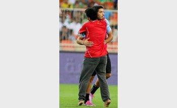 Luis Suárez es abrazado en pleno partido