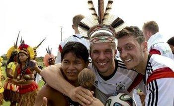 Özil con la comunidad indigena