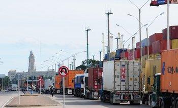 Camiones de carga en el puerto.