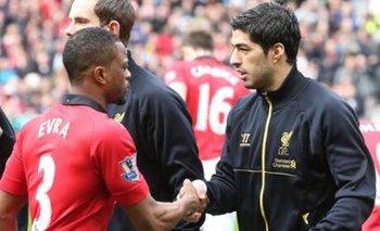 Evra y Suárez se saludaron