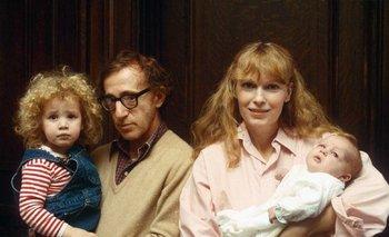 Allen y Farrow en tiempos felices: en los brazos del director está Dylan y en los de Farrow, Ronan