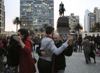 Parejas bailando tango en Plaza Independencia el pasado 27 de setiembre