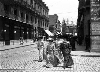 Escena callejera en Juncal y Sarandí, Montevideo