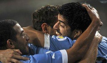 Los futbolitas de Uruguay celebran el tanto de Suárez