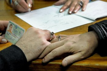 Lunes 5- Inscripción de la primera pareja homosexual en el Registro Civil