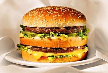 El índice Big Mac sugiere que todos los países de la región tienen la moneda devaluada