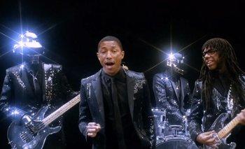 Daft Punk y sus característicos cascos de robot junto a Pharrell Wiliams y Nile Rodgers